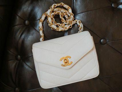 現貨Vintage Chanel白色魚子醬v紋金扣小方胖square mini flap bag