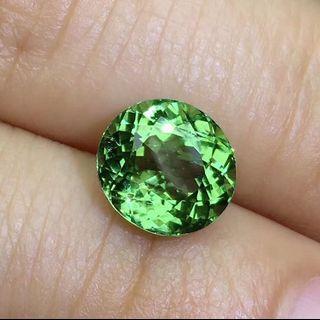 天然綠碧璽,精工切割,鑽石般閃爍。滿火彩閃耀明亮,3.86ct , 尺寸9.1×9.8mm ,母親節特價$1560 。 送925純銀四爪鑲。
