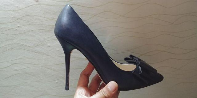 Amè pointed toe pump with bow