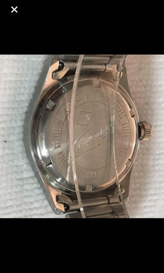 CLEARANCE SALES {Collectible Item - Vintage Watches} Pre-owned FOSSIL Brand Model defender DE1516 100 METERS/300 FEET All Stainless Steel Wrist Watch Quartz