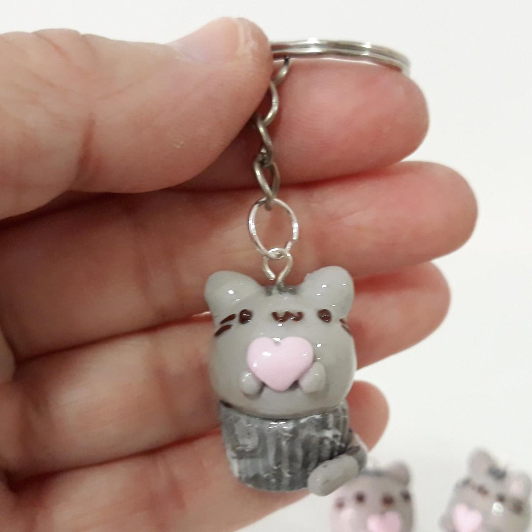 Pusheen in a cupcake holding a pink heart (charm, keyring, kawaii)