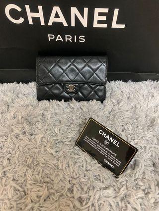 Chanel香奈兒黑色羊皮掀蓋式中夾