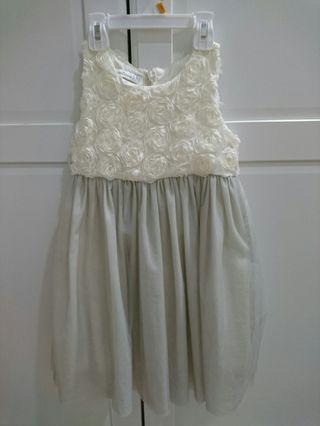 近全新(少穿) 米色超質感紗裙洋裝 110cm $499~這件買的貴貴,很新保存很好買到賺到,質感很棒版型很美穿起來超好看,也可當幼兒園畢業典禮小禮服哦👗