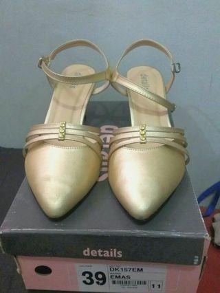 Heels details gold