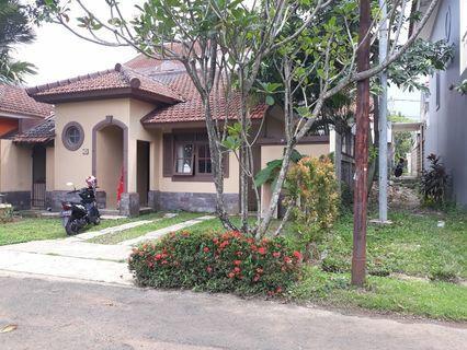 Dijual Rumah dikelilingi Taman. KONDISI BAGUS TERAWAT TIDAK PERLU RENOVASI