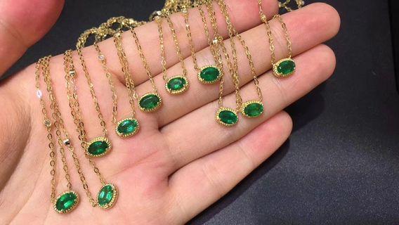 Natural emerald necklace, bracelet. 18k gold