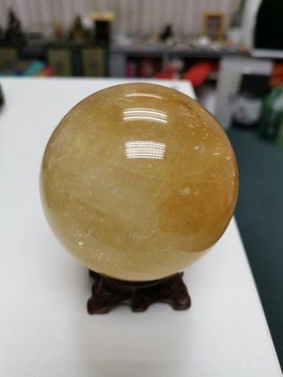 黄色方解石水晶球。 Yellow calcite crystal ball