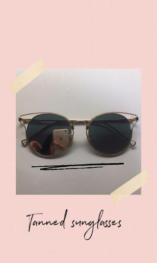 Tanned round sunglasses
