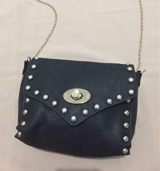 BLACK SLINGBAG WITH CHAIN