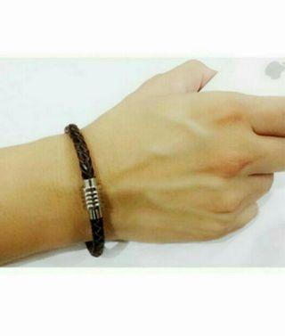 BN UNISEX GENUINE BRAIDED LEATHER  BRACELETS WITH STAINLESS STEEL  MAGNETIC BUCKLE.  COLOUR :  BROWN   ( SIZE : 18 CM /  20 CM )