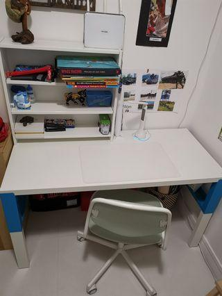 🚚 Kids desk 9.5/10 condition