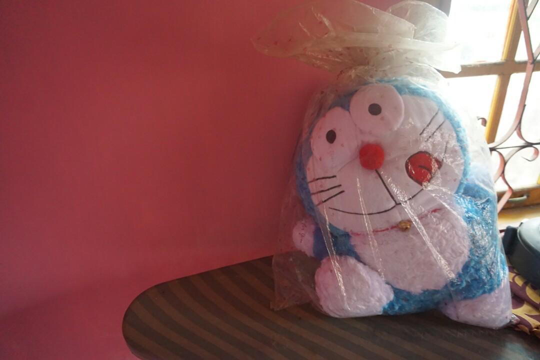 Boneka Doraemon Besar Masih Bungkus