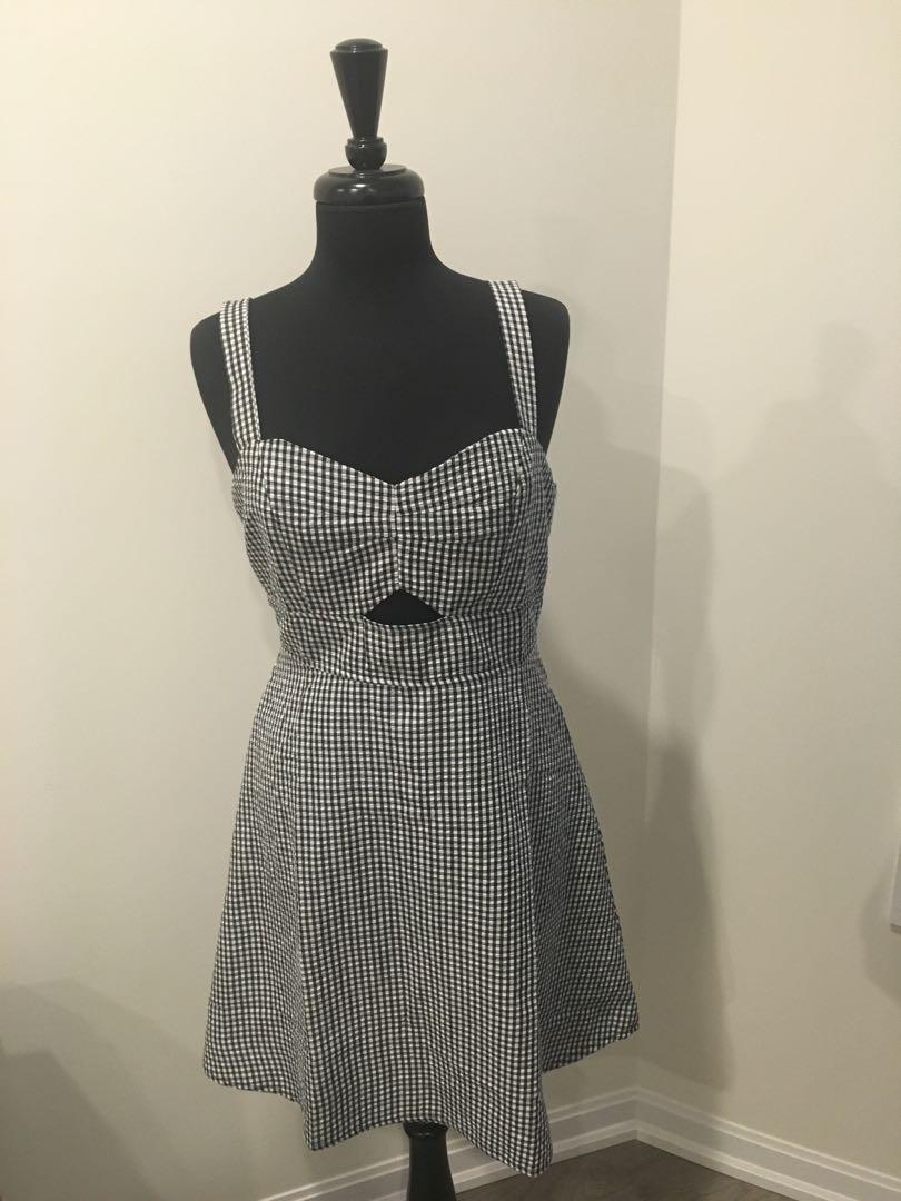 Cute cut out flared summer dress! Size L