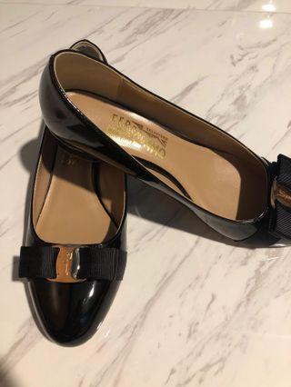 Patent leather ribbon logo shoes