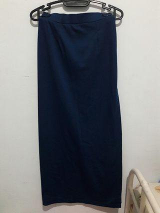 Slit maxi skirt (rok span dengan belahan di sisi)