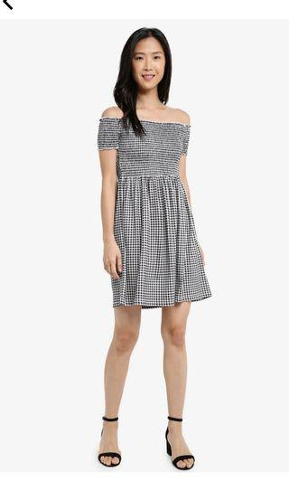 🚚 Zalora essential gingham smocked dress