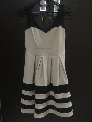Dress cantik masih bagus kondisi 99% dan 1% kondisi bagian  tile nya robek sedikit dan saya bisa perbaiki