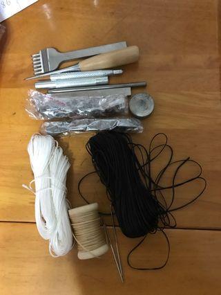 皮革用具連盒 (蠟線,針x2, 叉,鈕等等)