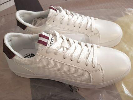 🚚 River island trainers white
