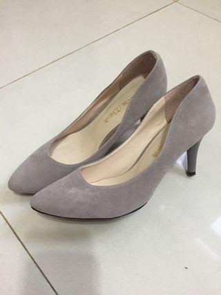 🚚 灰色高跟鞋