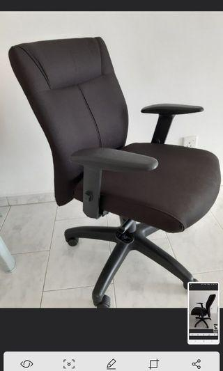 Beautiful executive swivel chair w removable arm rest