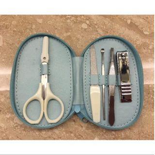 BARRY ALLEN 5件式個人隨身修容組(藍)--挖耳棒、指甲剪、銼刀、剪刀、鑷子