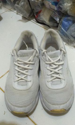 Sepatu Diadora Putih