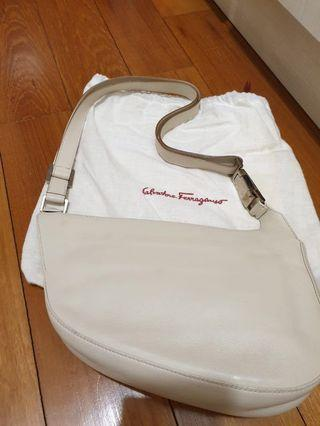 🚚 Ferragamo leather sling bag - vintage