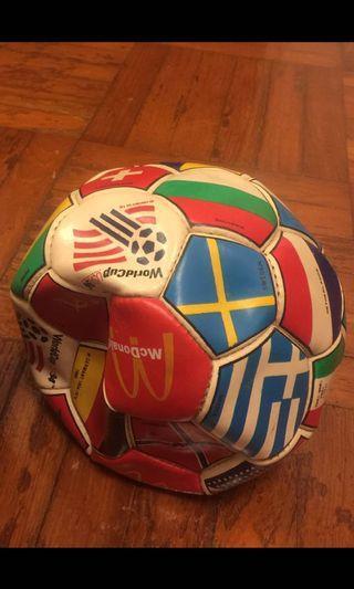 麥當勞紀念足球,及Adidas 足球  未踢過,但放了很久丶每個100,全要$150