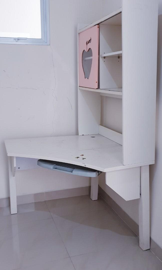 Tempat tidur single dan meja belajar