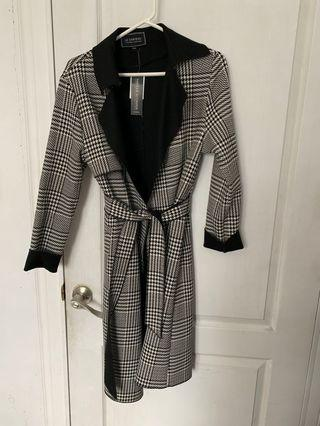 Le chateau black and white trench