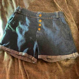 牛仔排扣短褲