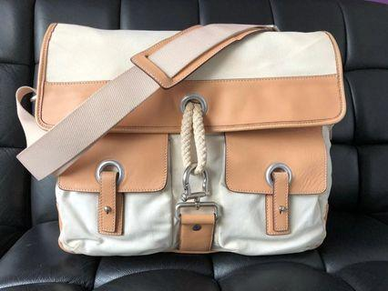 🚚 Pre loved Salvatore Ferragamo cruise line messenger bag