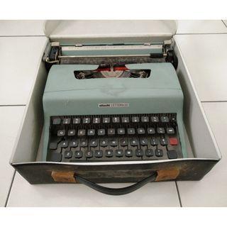 Typewriter Olivetti Lettera 32