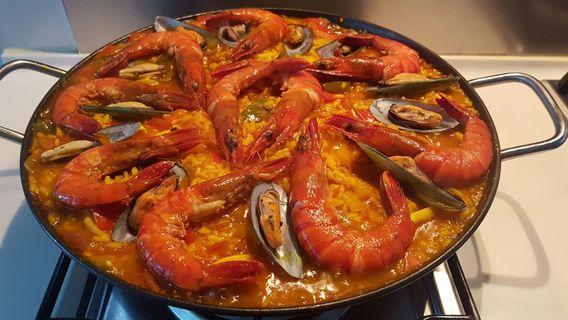 🚚 Traditional Spanish paella seafood