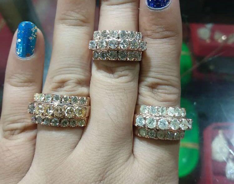 Mewah banget say, cincin berlian baris 3 tingkat, jumbo, batu berkilau, pecinta barang lama boleh merapat ya, beda dengan yg baru