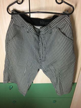Celana pendek garis garis ada