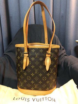🚚 Authentic Monogram Petit Bucket Bag without Accessory Pouch.
