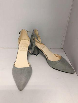 灰色尖頭鞋