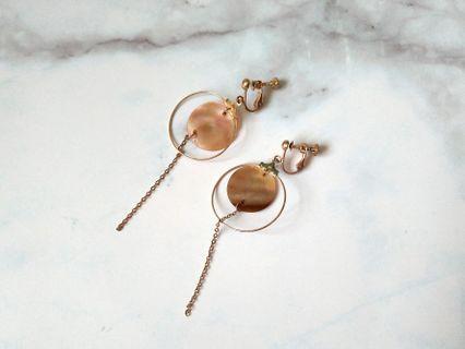 🚚 圓片貝殼夾式耳環