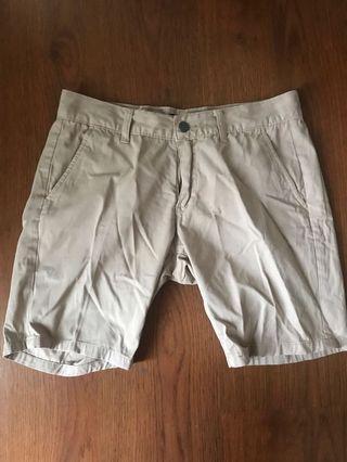 Celana pendek khakis