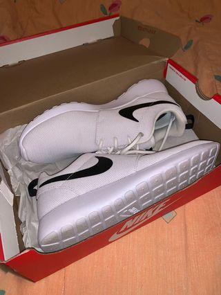 White Nike Roshe