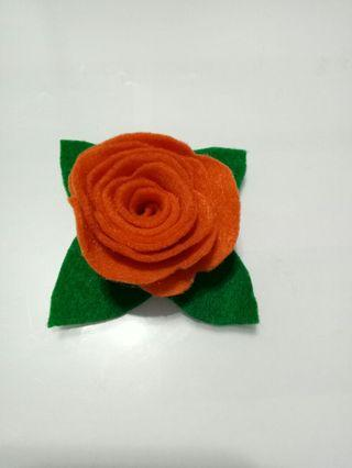 🚚 Handmade flower brooch in felt.