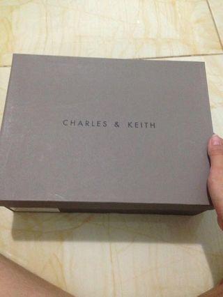 BOX SEPATU CHARLES & KEITH