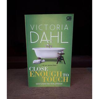Close Enough to Touch - Sentuhan Tak Terlupakan by Victoria Dahl