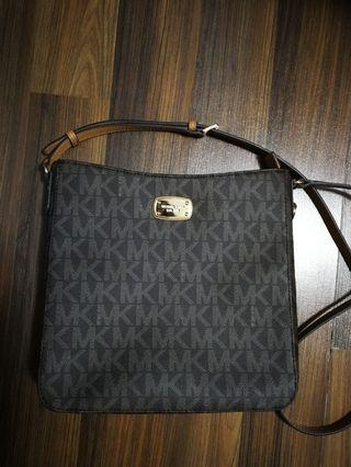 🚚 Michael Kors sling bag