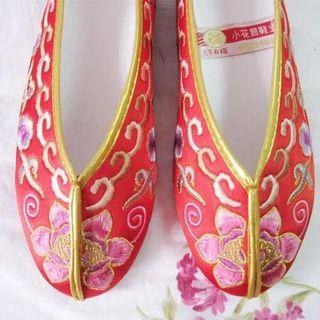 Chinese traditional embroidered flat wedding shoe
