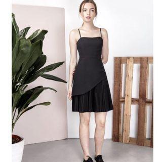 🚚 🌟BNWT AWD Peripheral Curved Hem Pleated Dress in Black