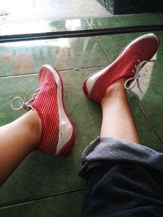 #BAPAU Sepatu merah garis putih