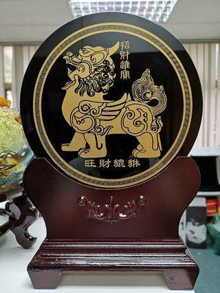 黑曜石貔貅摆件. Obsidian display plaque with pixiu image.